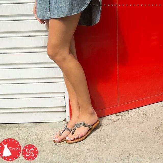 Conforto sem perder o brilho é ainda melhor, né? Abuse das rasteirinhas com pedras! #arezzo #verão #shoppingconquistasul